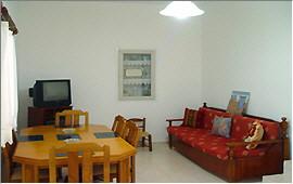 Wohnraum mit Esstisch und Klappsofa